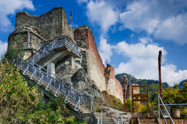 top-10-places-to-visit-in-romania-poenari-castle-auto-europe